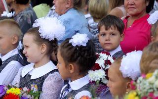 Выступление дошкольников на школьной линейке 1 сентября